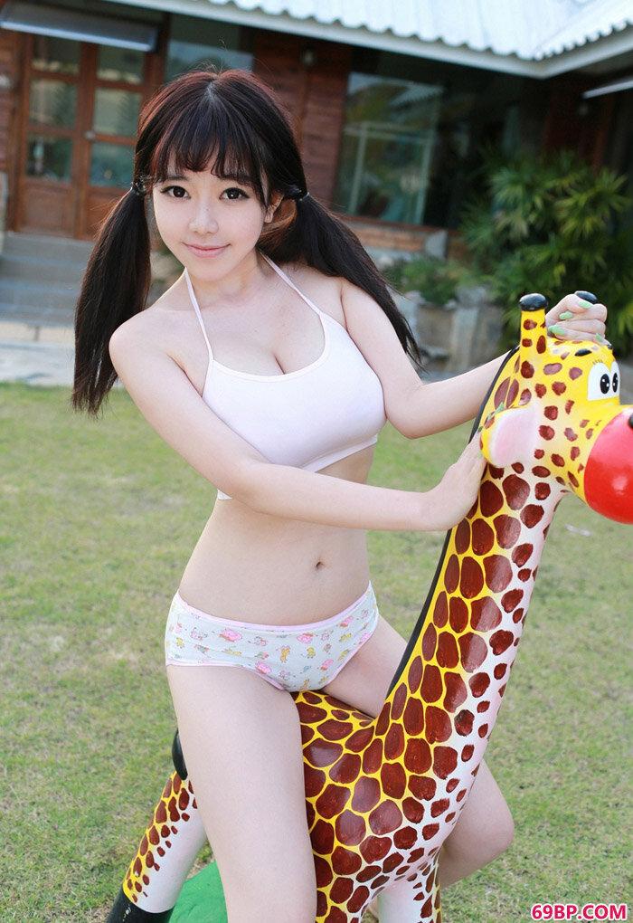风骚美模刘飞儿Faye与长颈鹿玩耍_XXX厕所撤尿