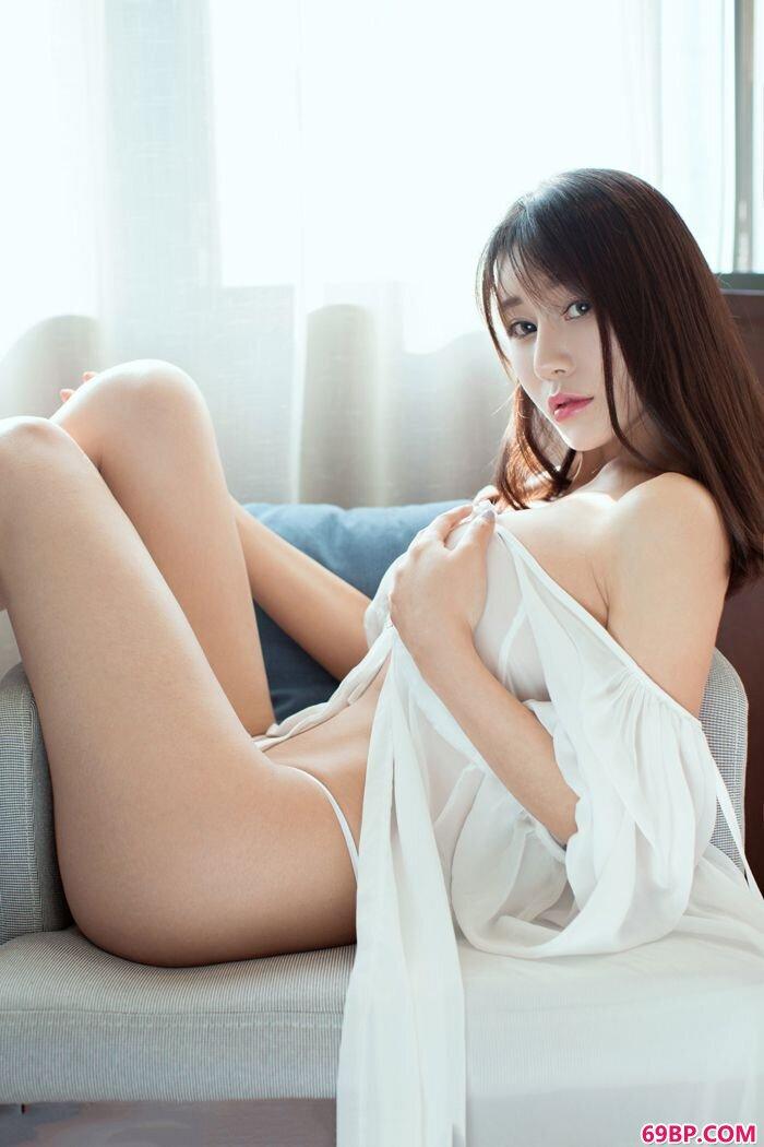 气质嫩妹宋梓诺酒店穿性感内衣秀玉臀_西西人体xixirent