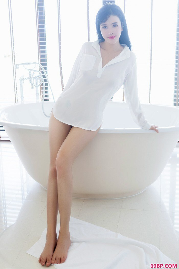 美丽女王刘钰儿白皙爆乳跃跃欲出_中国西西人体油画