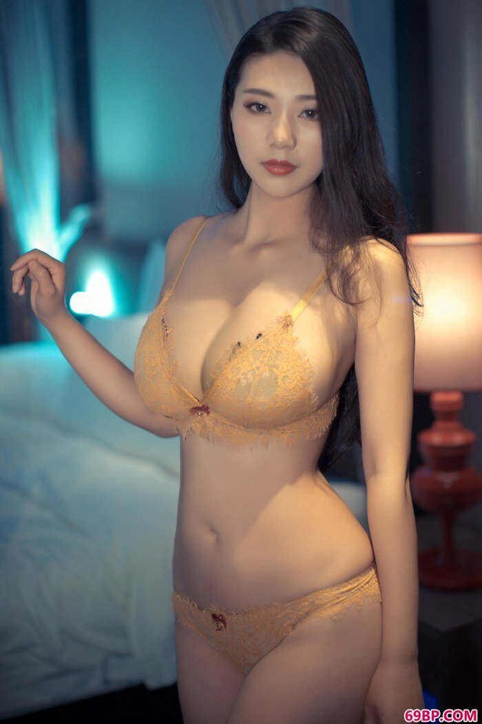 寂寞浪女宋KiKi衣衫不整春光乍泄,gogo平胸奶头人体摄影