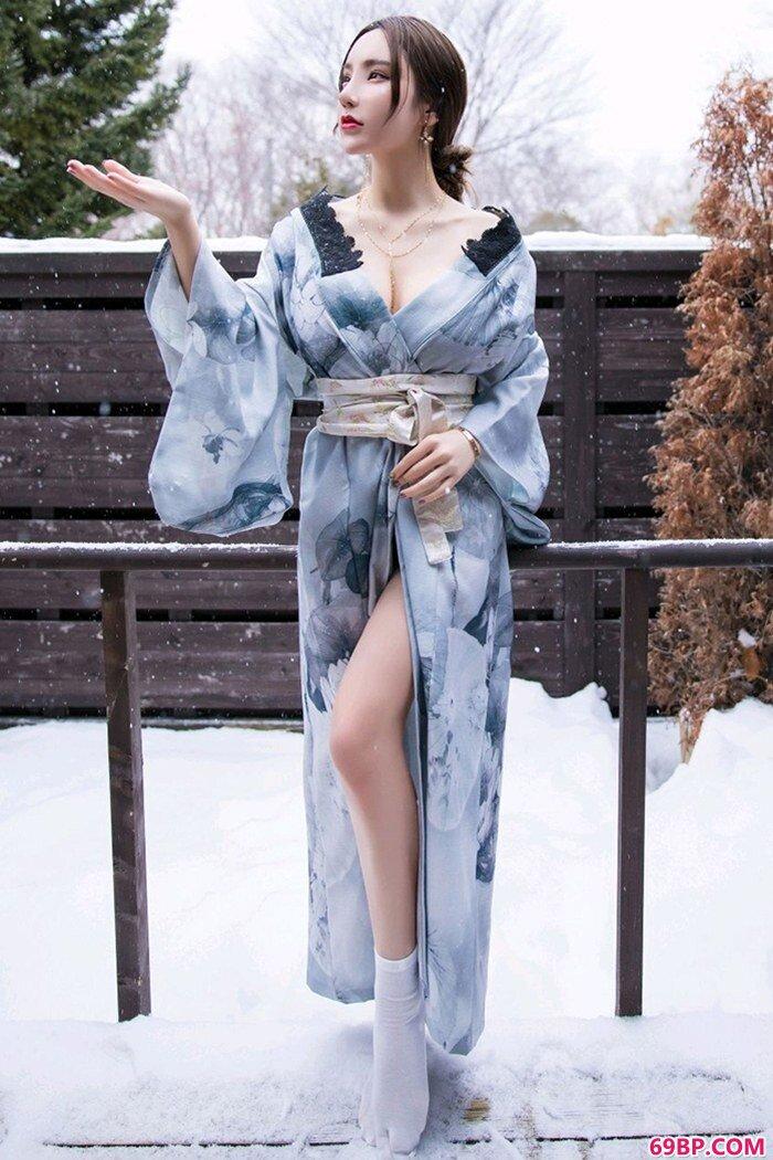 妖娆佳人周于希饱满胸脯迷人红唇撩人_大胆女人艺术图片