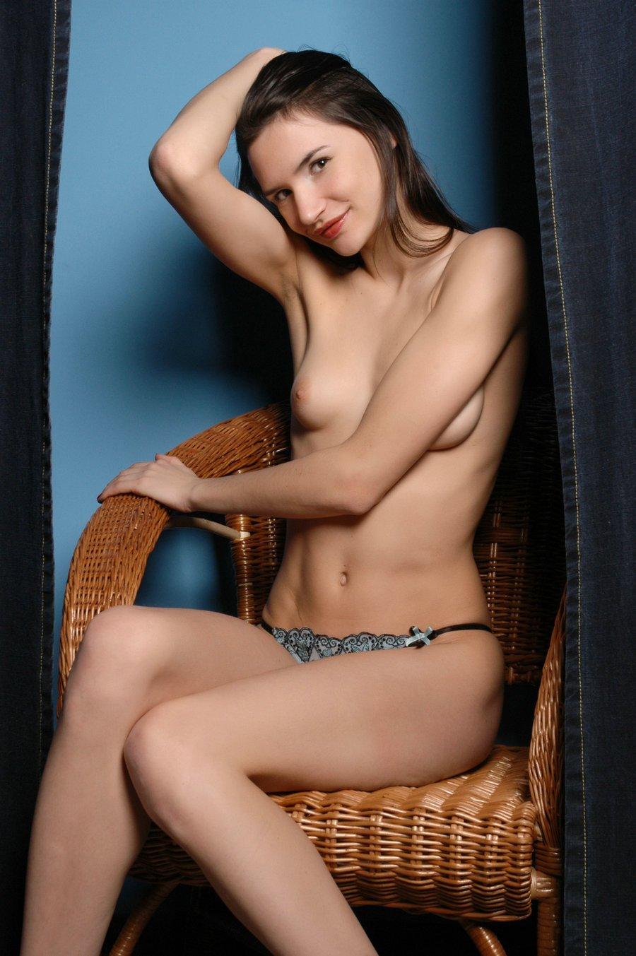 波霸女_蓝色背景室拍藤椅上的长头发超模