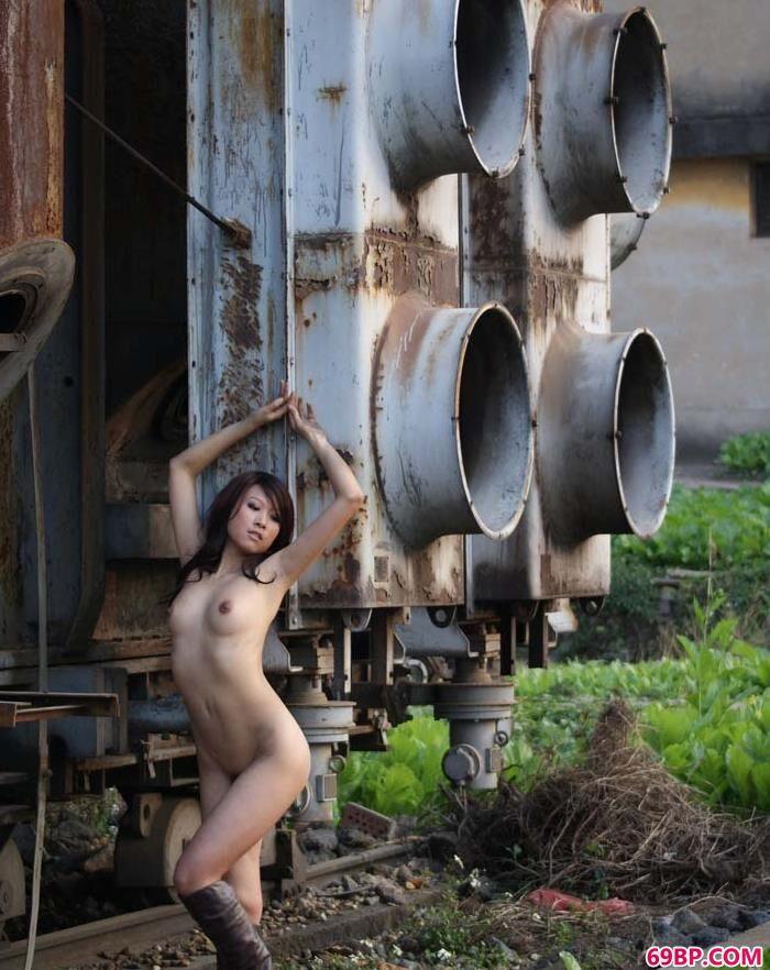 名模芳芳废弃工厂里的魅惑人体_高清毛茸茸中国女人