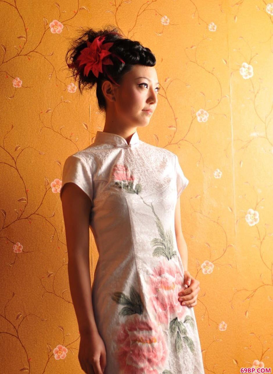 靓妹戴琳房间内的古典旗袍美体1
