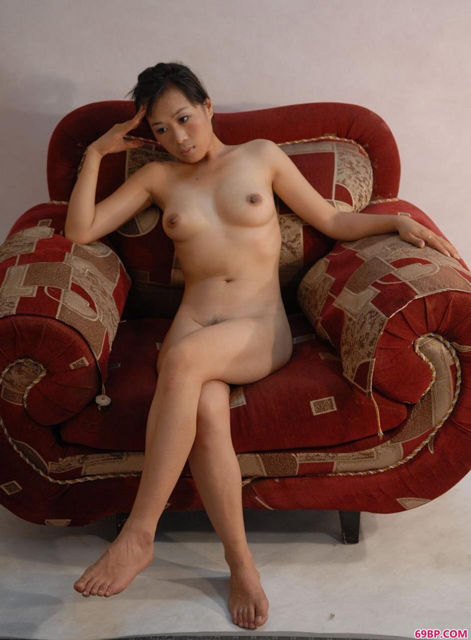 白丝校花下面夹得很紧_裸模晶晶家中沙发上的诱惑美体