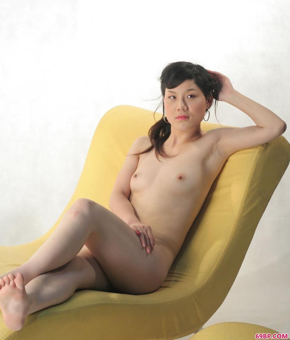 裸模安菲棚里沙发上的妖娆美体