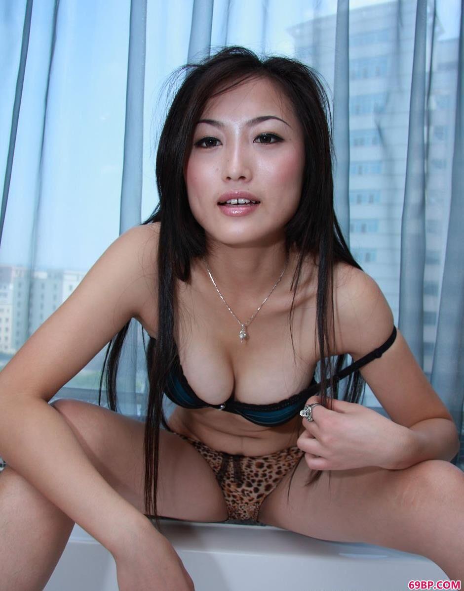 超模戴娜浴缸上的性感人体2