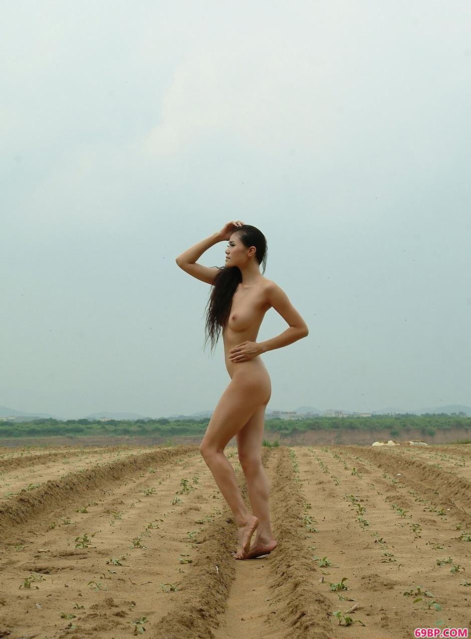 gogo人体大模特尺摄影,靓妹莉娜乡村田地的小路上