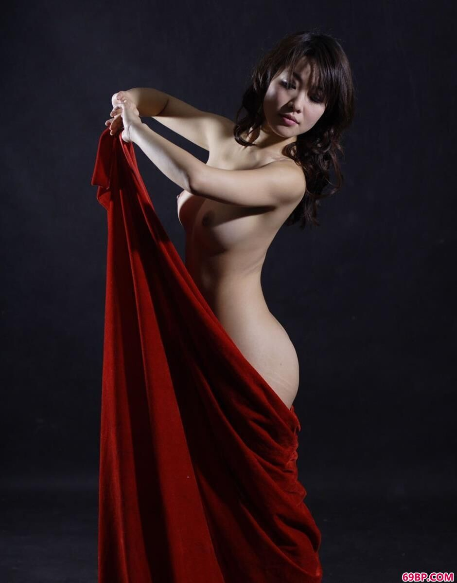 爱人体艺术_靓妹孙月棚子里的红布美体