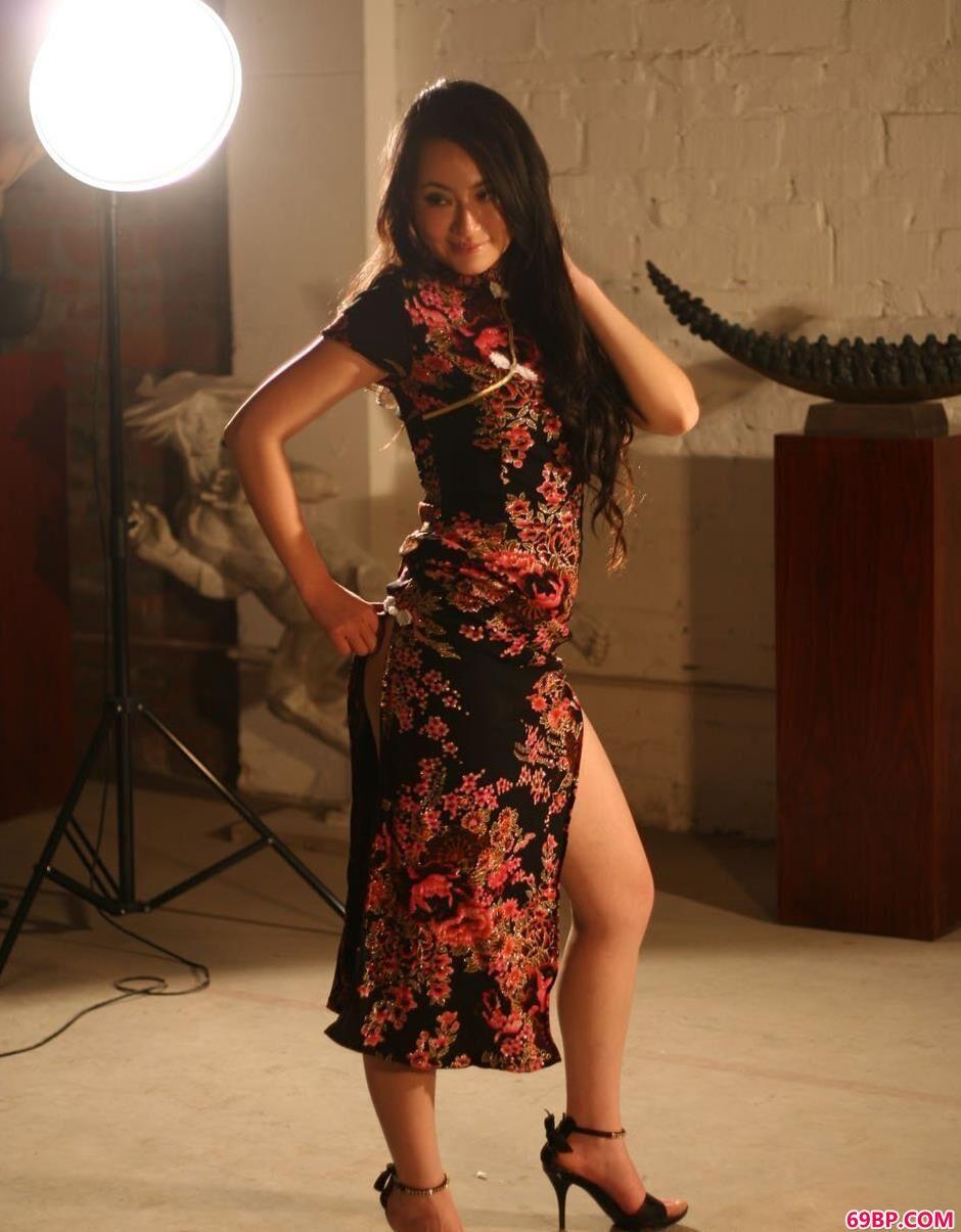 靓女杨芳穿旗袍在未装修的房子里的人体