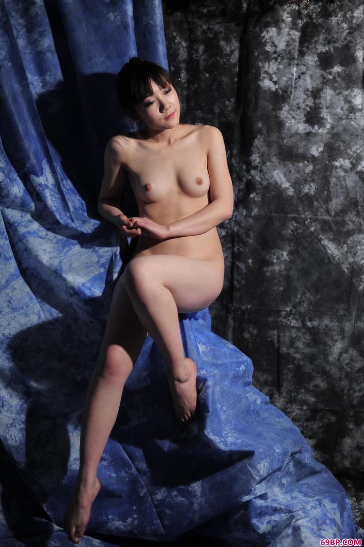靓女紫嫣(小铃)图片棚里的清纯人体3