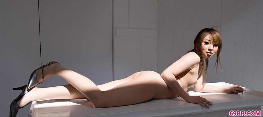超模加美子艺术桌上的清纯人体_666renti
