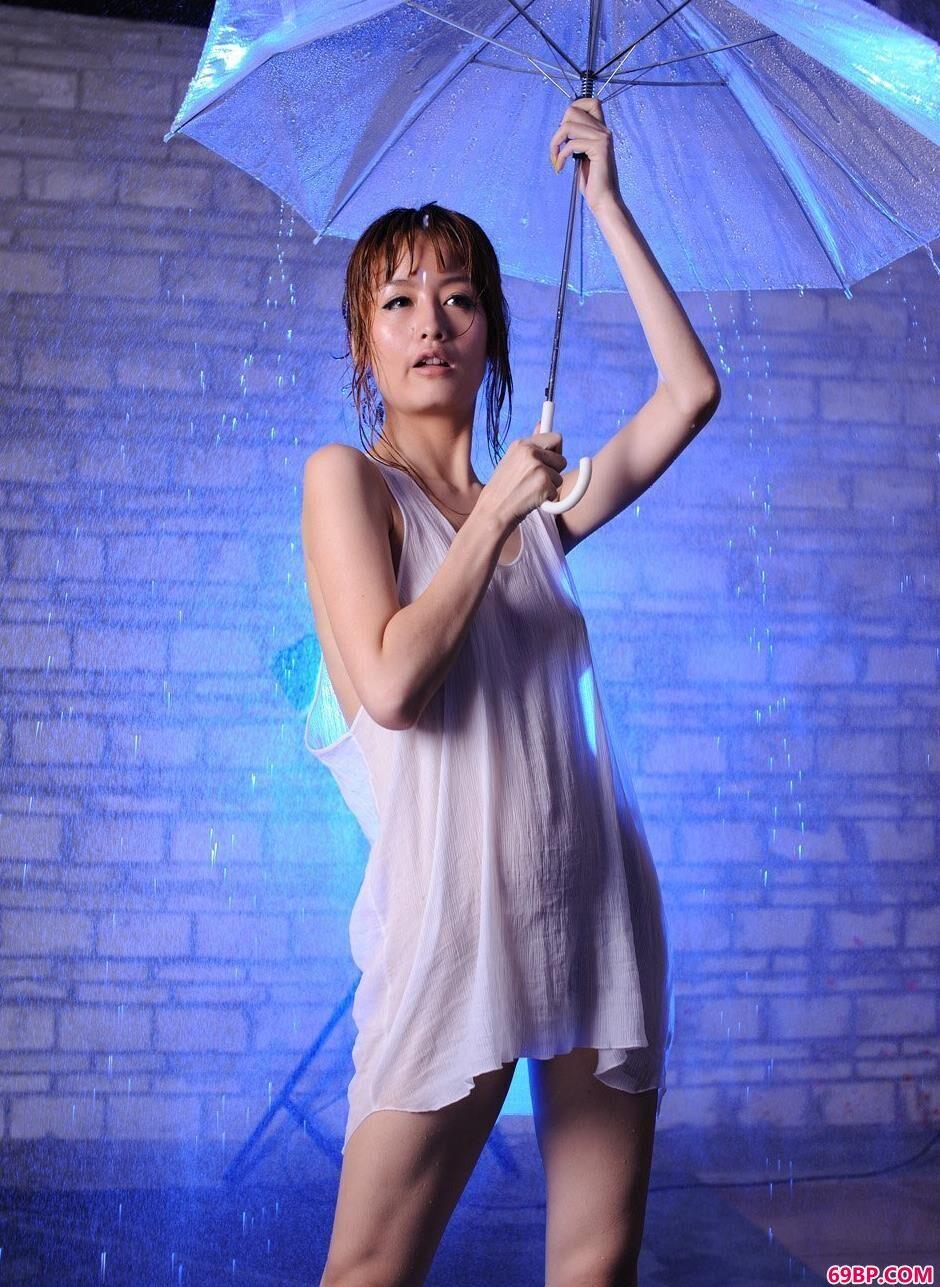 裸模YUMI地下棚里的淋水浴_苏蕾