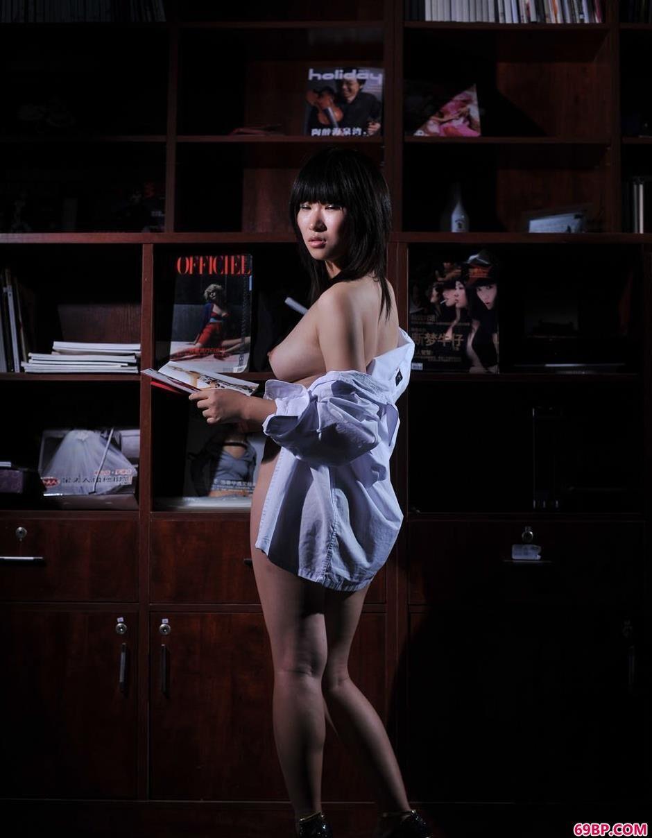 妹子蓝雅琦书柜下的朦胧美体