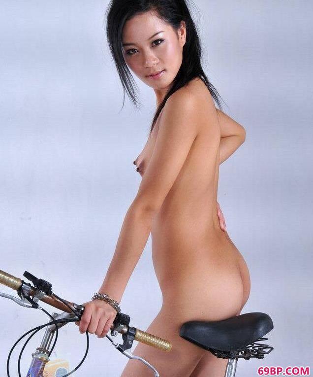 靓女美模寒磊骑单车