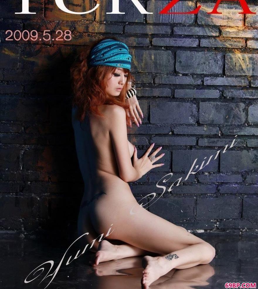 涂鸦墙前超模Yumi美体