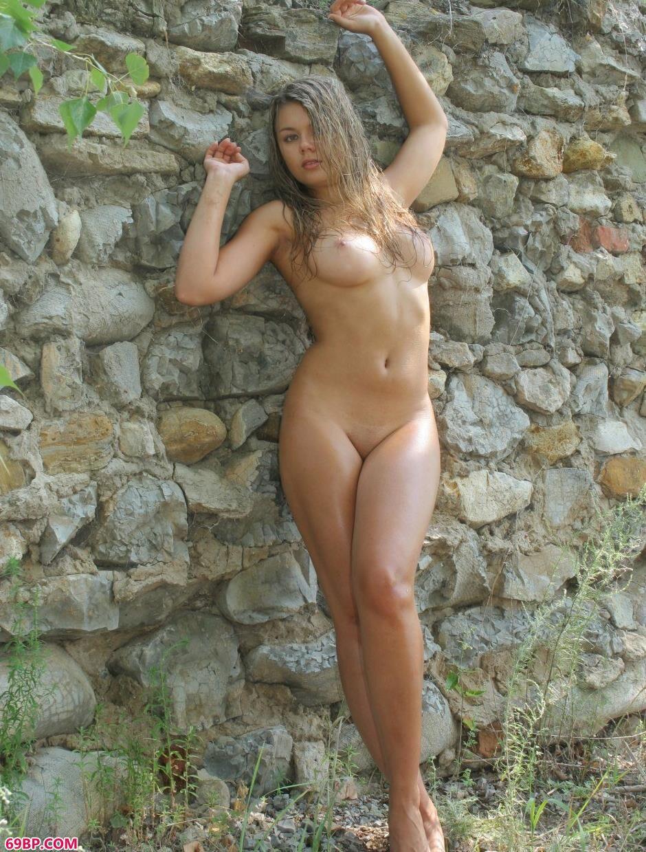 名模Nina山上大石头上的丰润人体