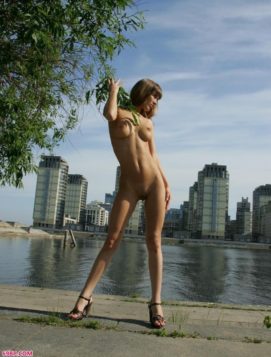 裸模Angela河边妩媚人体