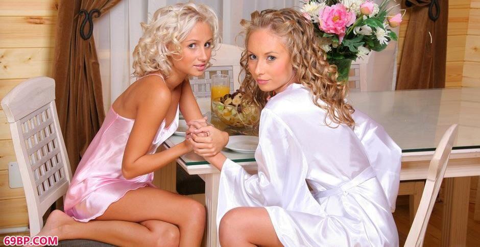 裸模尼科尔和沙甜餐厅里的妩媚人体