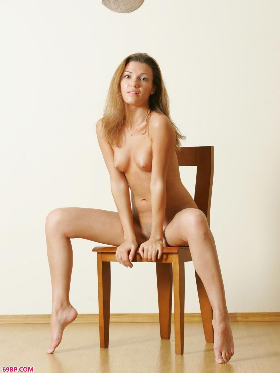 美模丹妮拉Daniela室内凳子上的勾魂美体