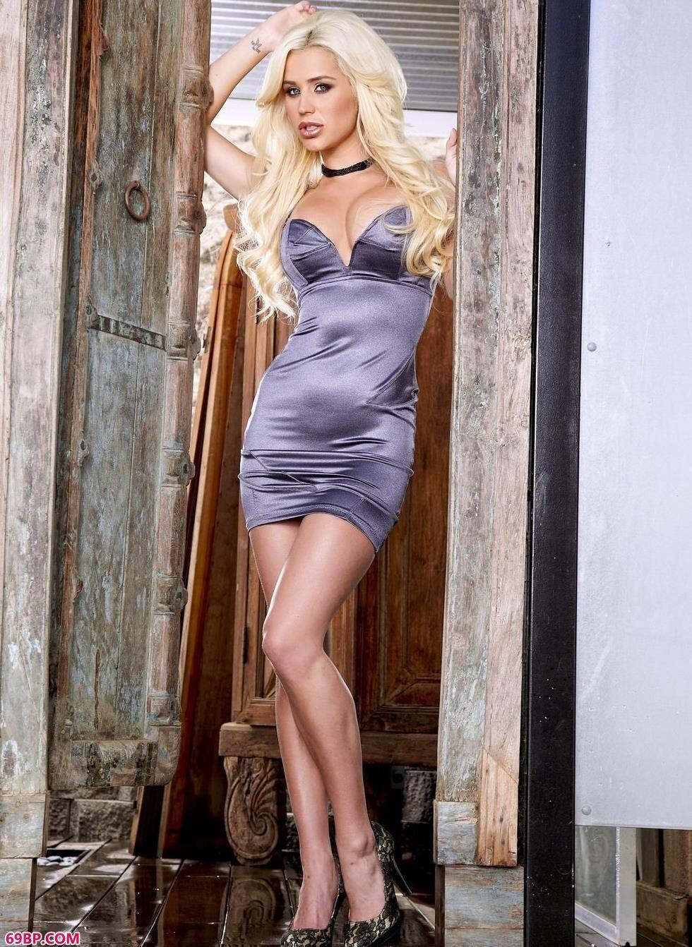 大胆欧美模特人体艺术,超模Scott老房子里的丰润人体