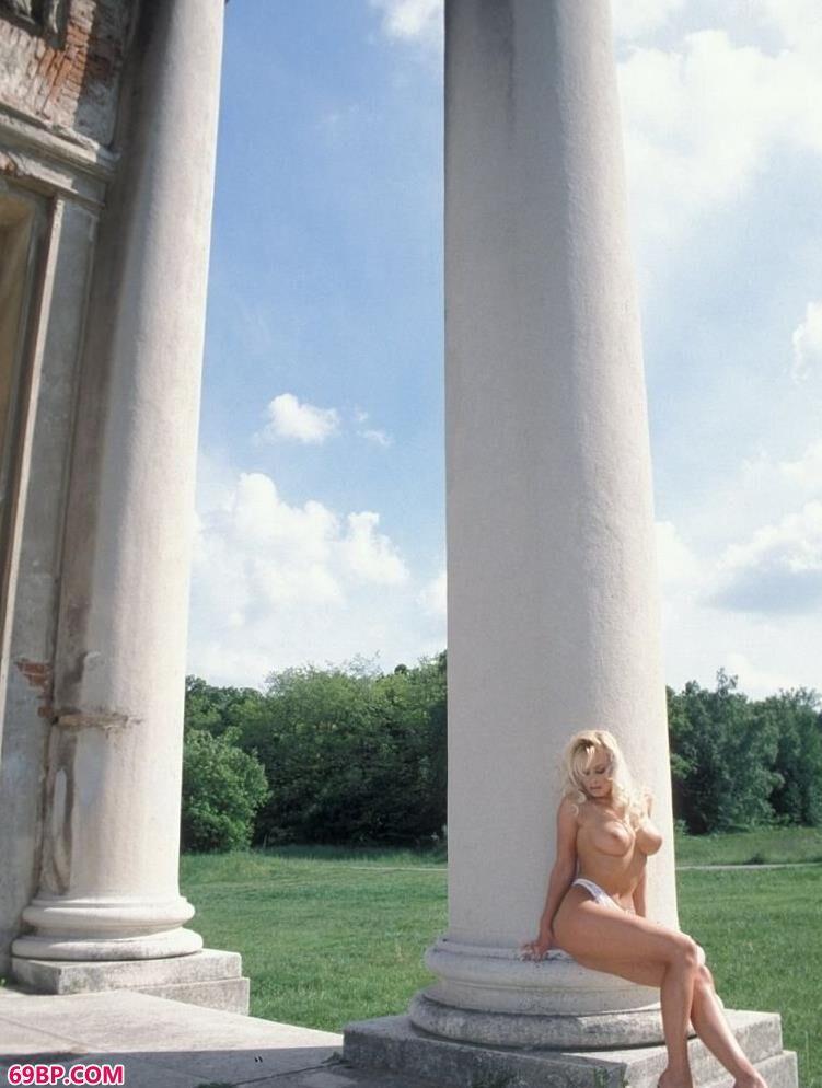 超模多琳在城堡遗迹前的性感人体,丰满人体艺术国模人体