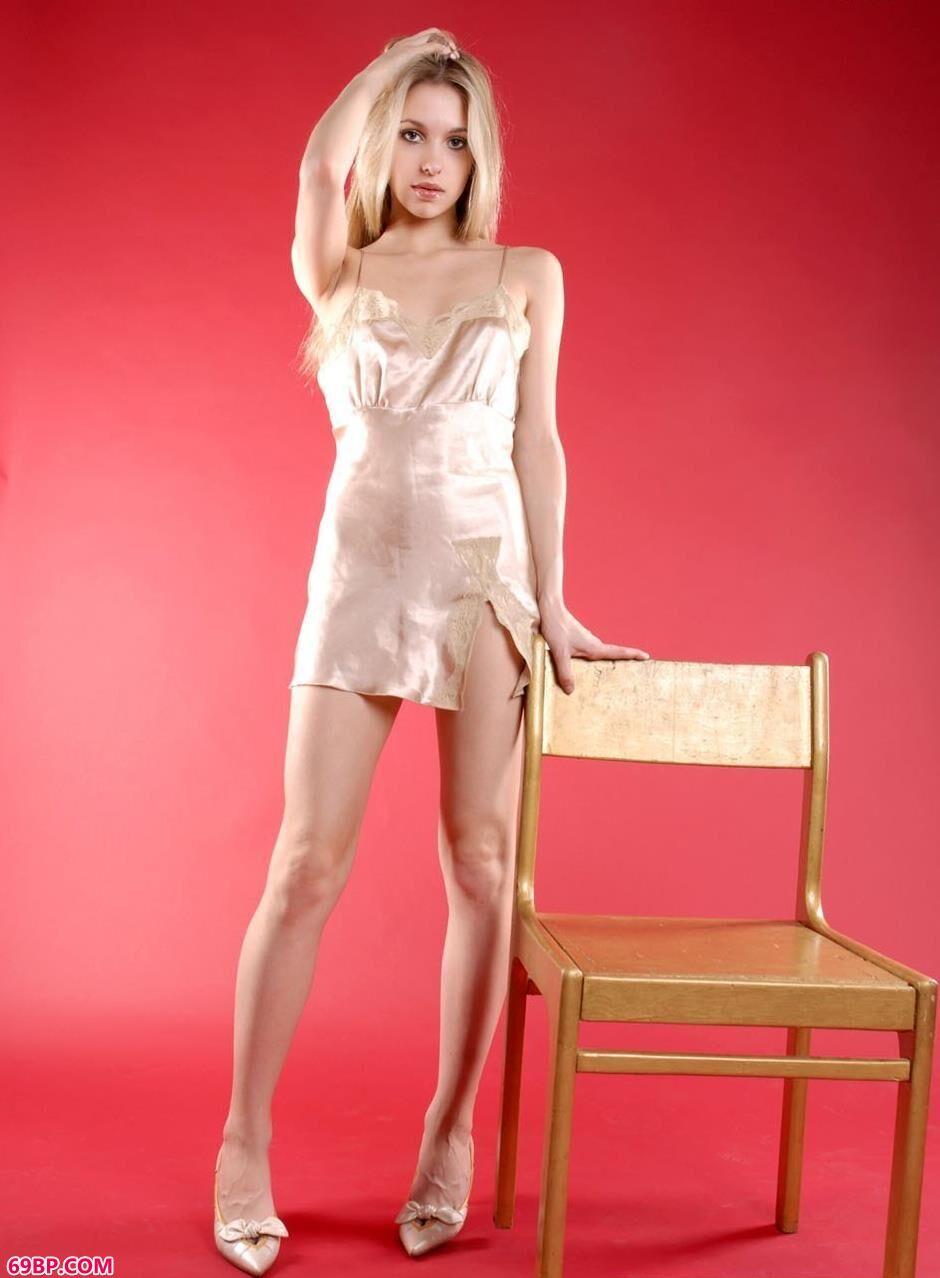 美模Bridget红色背景棚里板凳上的人体