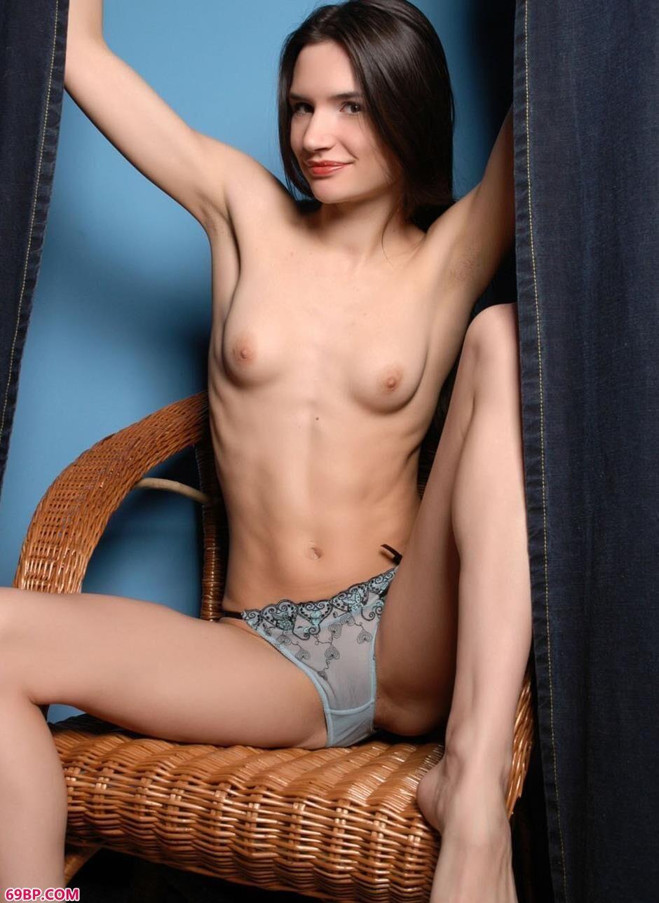 裸模KATYA藤椅上的人体_欧美最大胆人休艺木