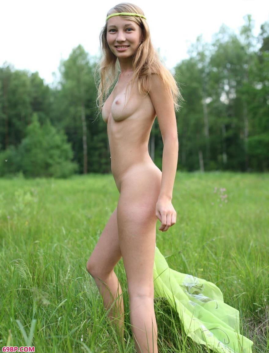 绿草地上靓丽人体GREENDAY1